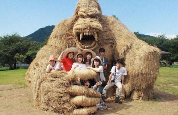 巨型「稻草猛獸」.親子旅日必去