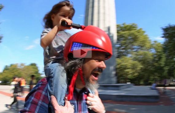 騎膊馬「駕駛頭盔」.爸爸「變自動車」
