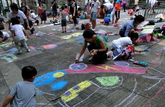 一齊出街用粉筆畫路面@社區遊戲日