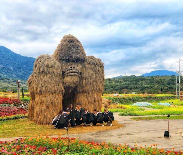 巨型「稻草動物」.台灣親子上場